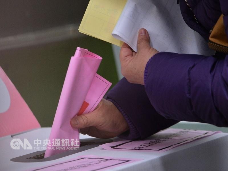 送交戶政機關查核的10案公投連署已全數查對完成,中選會16日委員會議將審議最後3案。(中央社檔案照片)