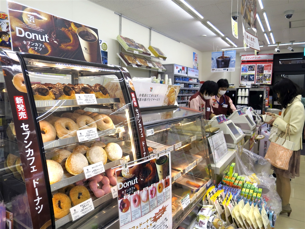 日本首相安倍晉三15日表示,消費稅預計2019年10月增加到10%,希望閣員們要利用上一次消費稅增稅的經驗,提出所有可能的因應方案,努力讓這一次增稅不對經濟帶來影響。圖為日本超商。(中央社檔案照片)