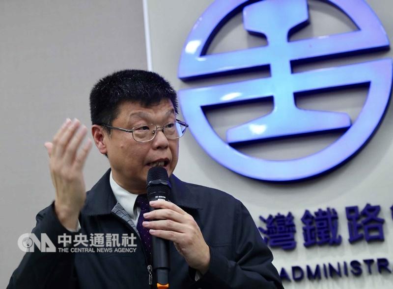 台鐵24日舉行記者會,台鐵副局長杜微(圖)表示,通聯紀錄顯示,司機並未報備關閉ATP,初步研判屬司機員的人員疏失。中央社記者張皓安攝 107年10月24日
