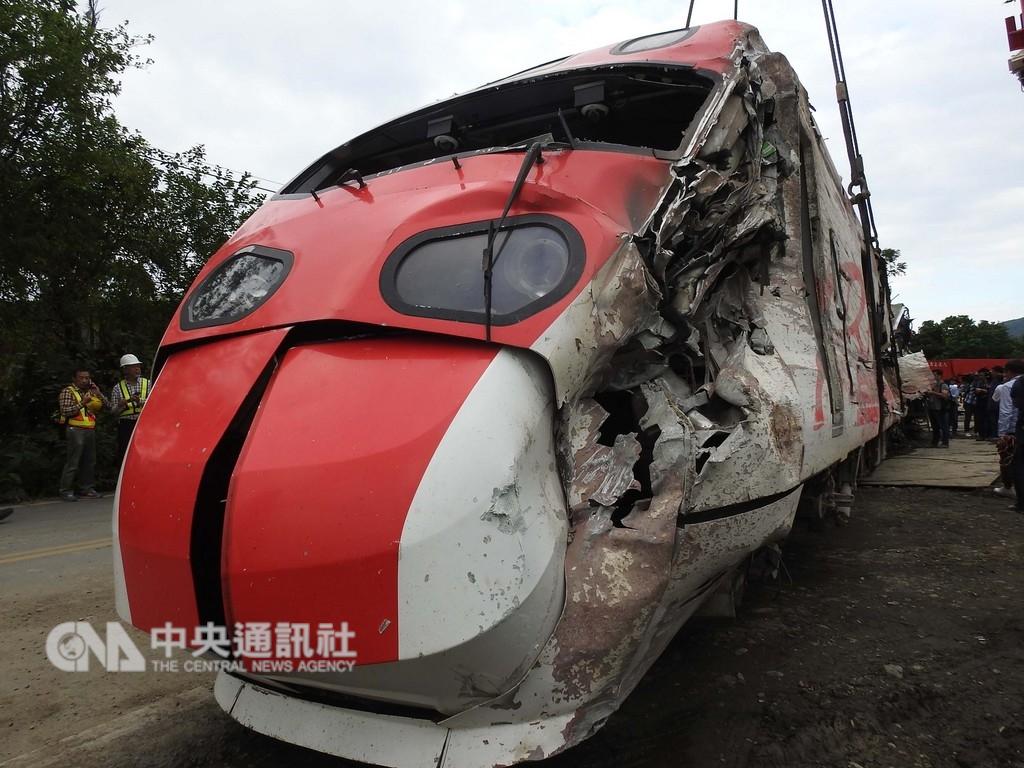台鐵普悠瑪列車21日發生出軌翻覆死傷事故,列車不但嚴重超速且自動防護裝置在未通報下被關閉。(中央社檔案照片)