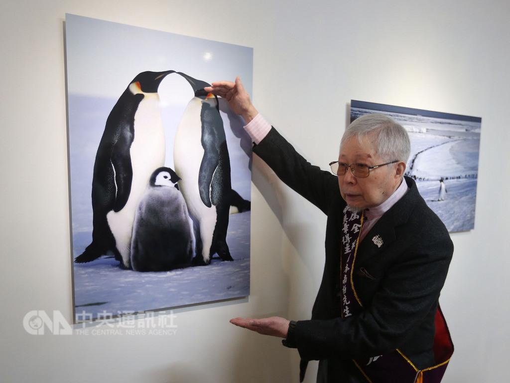 現年84歲的日本攝影大師池田宏(圖)52年來造訪南極24次,並到各國舉辦「愛戀南極系列公益攝影展」,呼籲全球用行動節能減碳,守護南極這片人間最後淨土,28日獲頒「全球熱愛生命獎章」。池田宏向與會來賓介紹作品。中央社記者徐肇昌攝 107年10月28日