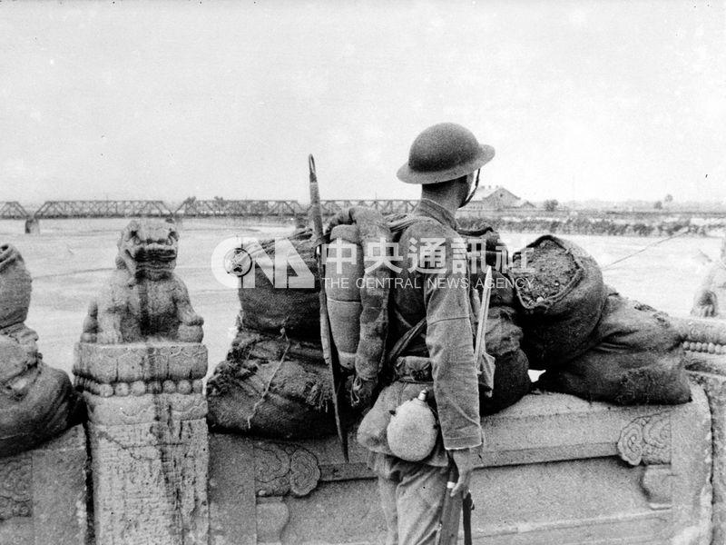 余英時認為,1936年的「西安事變」和1937年的「蘆溝橋事變」是兩個關鍵性的轉折點。圖為蘆溝橋事變時,士兵在橋上駐守。(中央社檔案照片)