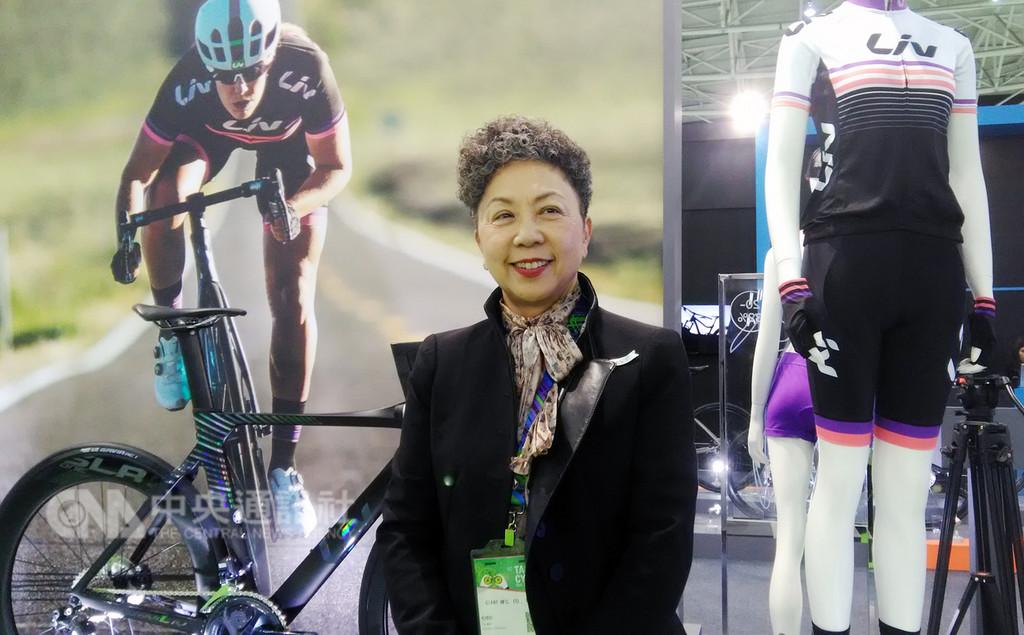 巨大機械董事長杜綉珍31日在台北國際自行車展表示,因應美中貿易戰,將部分高階自行車產能移回台灣,並將在現有的台中廠區擴充新產線,預計招募員工300至400人,採兩班制生產高階自行車。中央社記者潘智義攝 107年10月31日