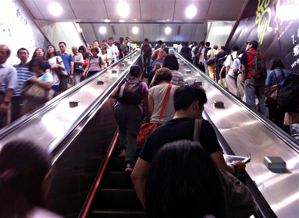 BBC旅遊版1日報導探討台灣「不好意思」文化指出,在台北搭捷運,在乘客摩肩擦踵的同時,會聽到「不好意思」的聲音此起彼落。(中央社檔案照片)