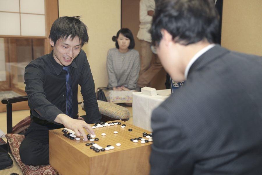 旅日職業棋手張栩(左)2日在名人賽第7戰擊敗尋求衛冕的井山裕太,以4勝3負贏得名人頭銜。(共同社提供)