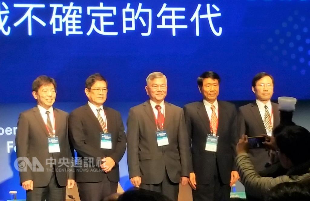 第16屆華人領袖遠見高峰會2日邀請經濟部長沈榮津(中)、台電董事長楊偉甫(左2)、能源局長林全能(右1)、工業技術研究院院長劉文雄(左1)出席談台灣綠能發展。中央社記者廖禹揚攝 107年11月2日