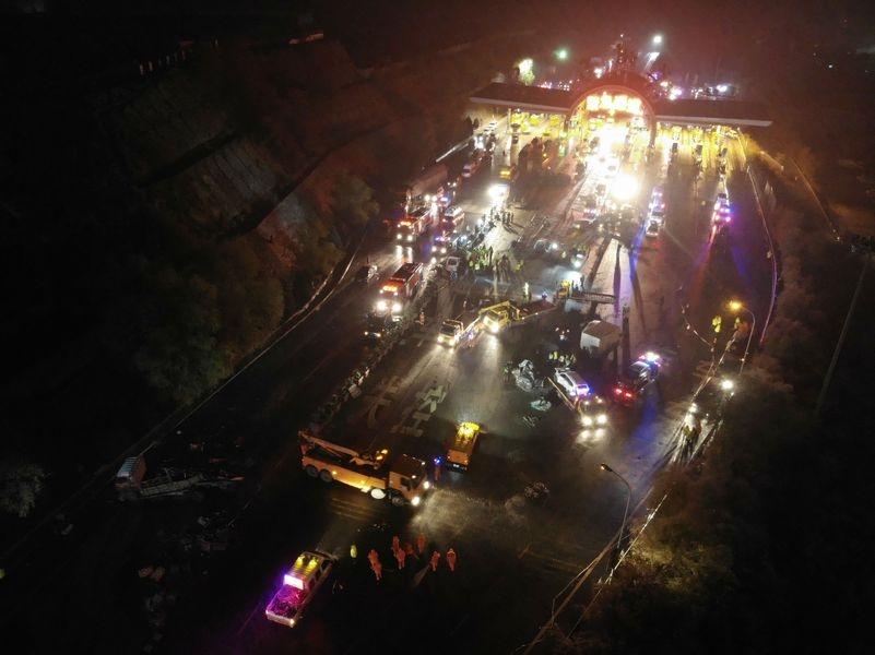 甘肅省蘭海高速公路蘭州南收費站3日晚間發生連環車禍,造成15人死亡、44人受傷。(中新社提供)