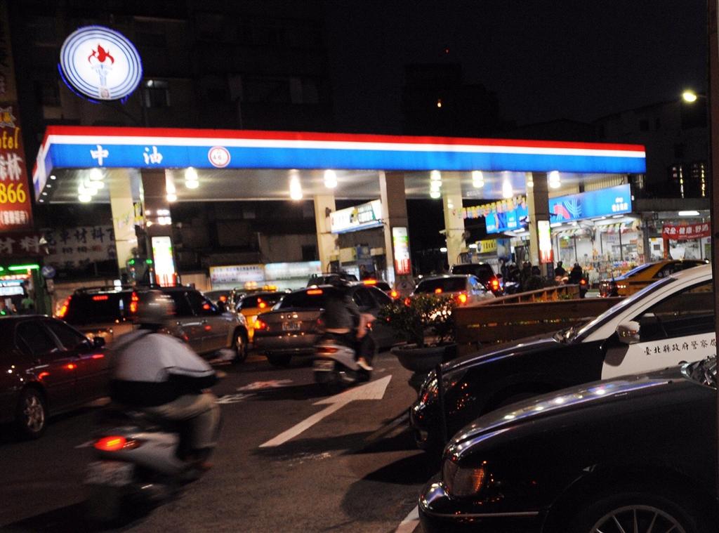美國將於5日重新制裁伊朗,但可能暫時允許台灣向伊朗購買石油。中油表示,若能豁免,有助於台伊清算機制穩定。(中央社檔案照片)