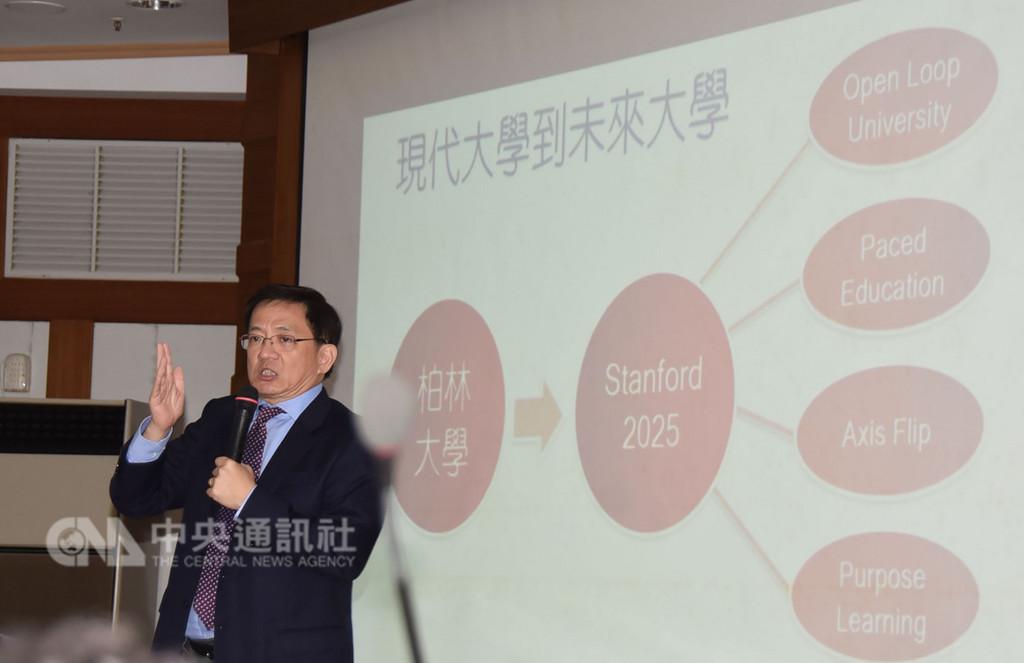 台灣大學校長當選人管中閔5日到雲林縣議會演講,他說,如果地方選舉後,台大校長遴選案爭議未改變,他可能會審慎考量是否重新做出選擇,有可能不堅持當選人位置,這是眾多選項之一。中央社記者葉子綱攝 107年11月5日