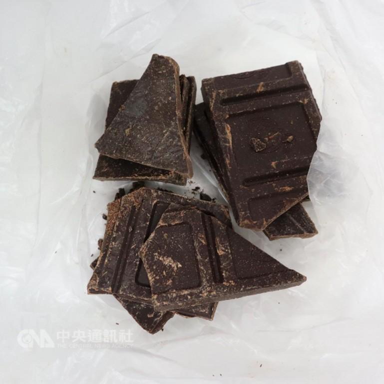 食藥署6日指出,一批從法國進口的「KLAUS有機90%黑巧克力片」,在邊境被驗出農藥「協力精」,是首次驗出巧克力農藥超標。(食藥署提供)中央社記者張茗喧傳真 107年11月6日