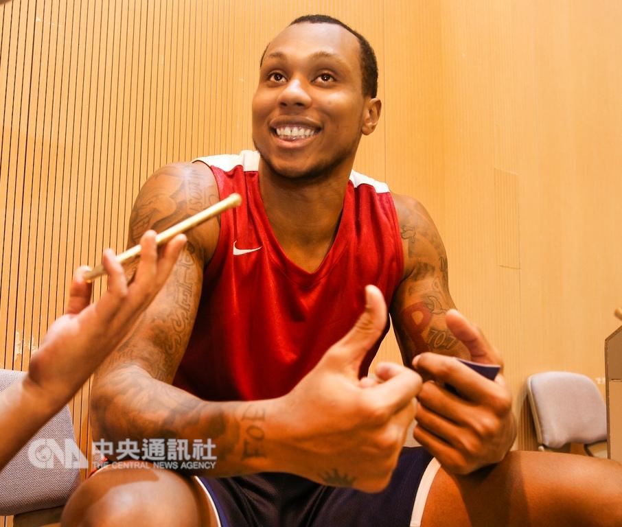 台灣銀行簽下擁有5季美國職籃(NBA)資歷的大前鋒史密斯(Greg Smith),他自信滿滿地表示,有信心可以統治SBL禁區。中央社記者謝佳璋攝 107年11月6日
