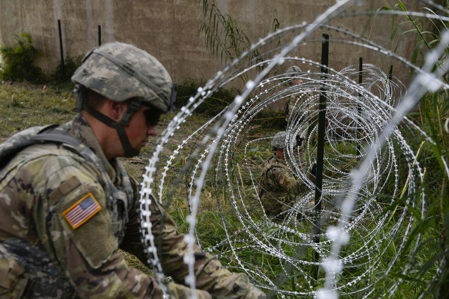 川普警告,計劃申請美國庇護的中美洲移民正穿越墨西哥「入侵」美國,宣布將在美墨邊界部署美軍。美國五角大廈5日宣布,要在墨西哥邊境部署約4800名美軍。圖為美軍在德州邊境裝設刺刀蛇籠。(圖取自美國國防科技訊息網 www.dvidshub.net)