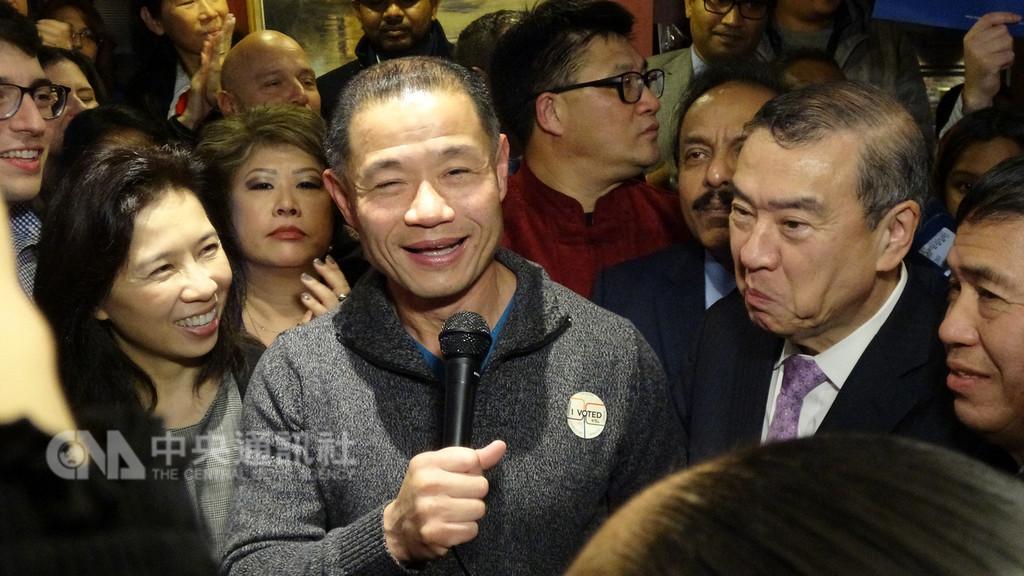 曾任紐約市主計長的劉醇逸(左2)締造歷史,以過半得票率成為首位台灣出生的紐約州州參議員,選後在妻子李迪儀(左1)陪伴下出席慶祝活動。中央社記者尹俊傑紐約攝 107年11月7日