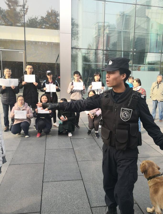 一群中國學生8日在北京的蘋果公司門市外進行示威,抗議蘋果在重慶市的工廠涉嫌違法雇用學生且剝削勞工。(圖取自twitter.com/zhifanliu)