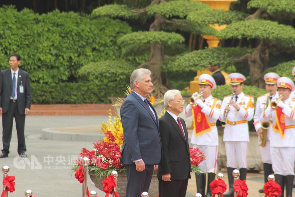古巴總統狄亞士-卡奈9日在河內與越南國家主席阮富仲會談,雙方同意深化兩國友誼與合作關係。圖為阮富仲(前排右)迎接狄亞士-卡奈(前排左)到訪儀式。中央社河內攝 107年11月9日