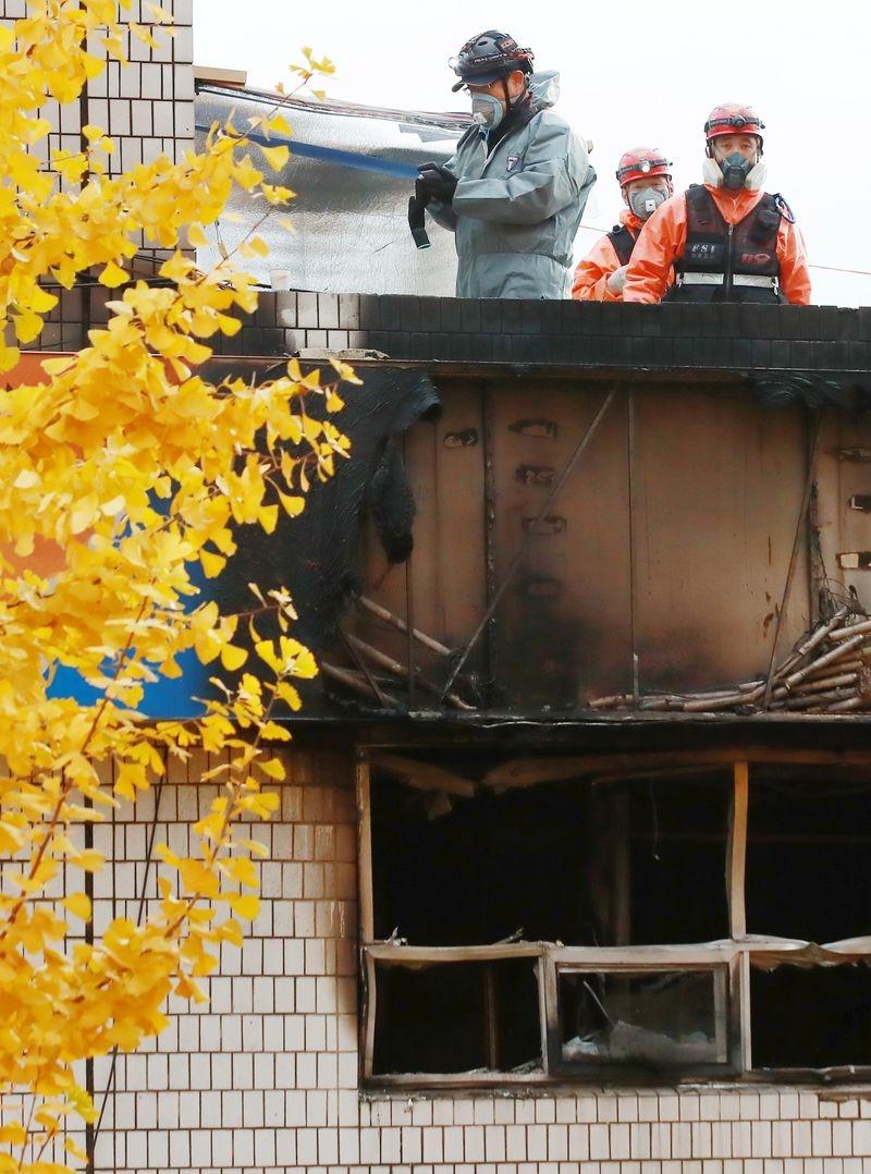 首爾一棟3層樓公寓9日清晨發生大火,造成7死11傷。(韓聯社提供)