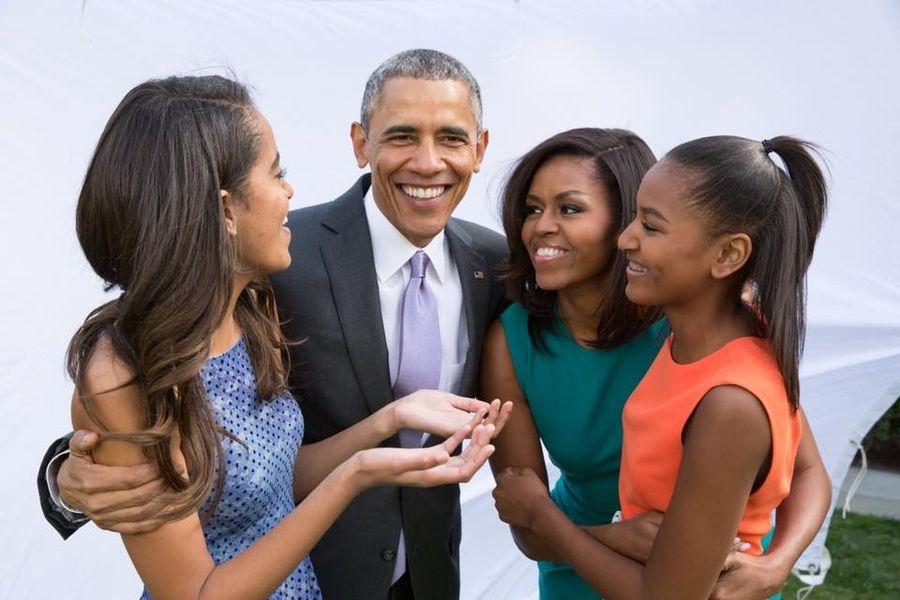 美國前第一夫人蜜雪兒.歐巴馬(右2)表示,她和夫婿歐巴馬(左2)透過試管嬰兒受孕,才有現在兩個女兒。(圖取自www.facebook.com/barackobama)