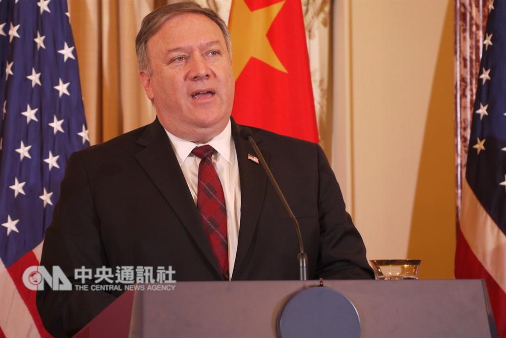 美國國務卿蓬佩奧9日當著中國官員提到,美國與民主的台灣關係堅定,美國關切中國不斷壓迫台灣的國際空間。中央社記者鄭崇生華盛頓攝 107年11月10日