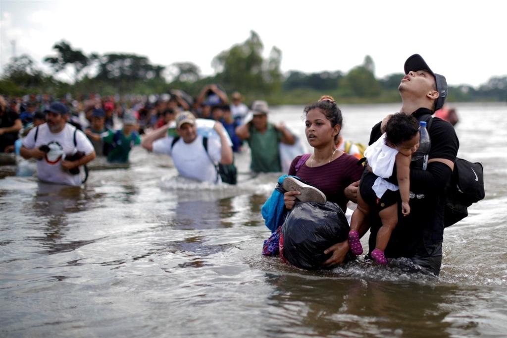 一批移民大軍於10月13日從宏都拉斯汕埠市出發,穿越山丘、河流,一路往美國邊界挺進。(檔案照片/路透社提供)