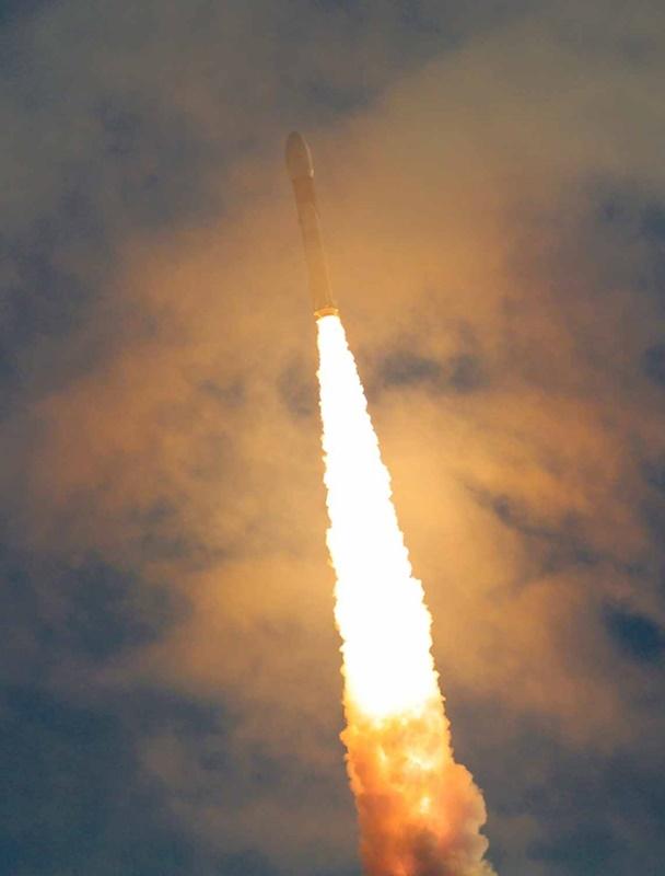 ISRO在14日下午於斯利哈里柯塔島達萬太空中心,發射同步軌道衛星運載火箭3號(GSLV Mk III)成功將重達3423公斤的通信衛星GSAT 29送上太空軌道。(圖取自臉書facebook.com/ISRO/)