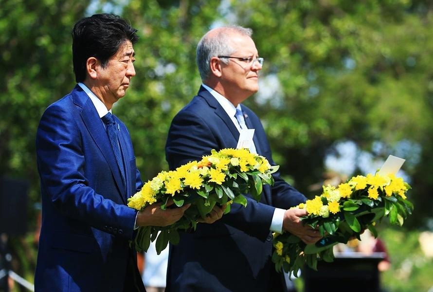 日本首相安倍晉三(左)造訪達爾文市內的公園,並跟澳洲總理莫里森(右)一同前往二次大戰期間被舊日本軍空襲罹難者紀念碑前獻花默禱。(圖取自facebook.com/scottmorrison4cook)