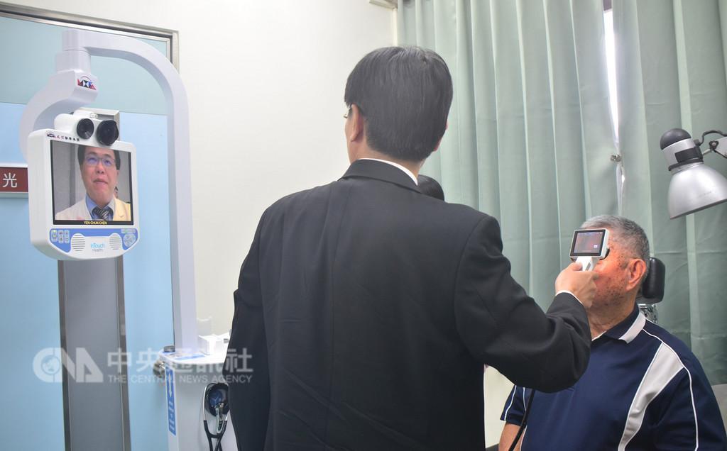 衛福部台東醫院成功分院與高雄長庚醫院攜手合作,開辦「遠距醫療門診」,透過精密儀器將病患影像傳送到距離280公里外的高雄長庚,如同醫生親臨看診。中央社記者盧太城台東攝 107年11月16日