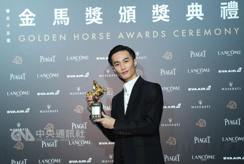 第55屆金馬獎17日在台北舉行頒獎典禮,最佳原創電影歌曲由「誰先愛上他的」主題曲「峇里島」獲得,包辦詞、曲、演唱的歌手李英宏開心與獎座合影。中央社記者張新偉攝 107年11月17日