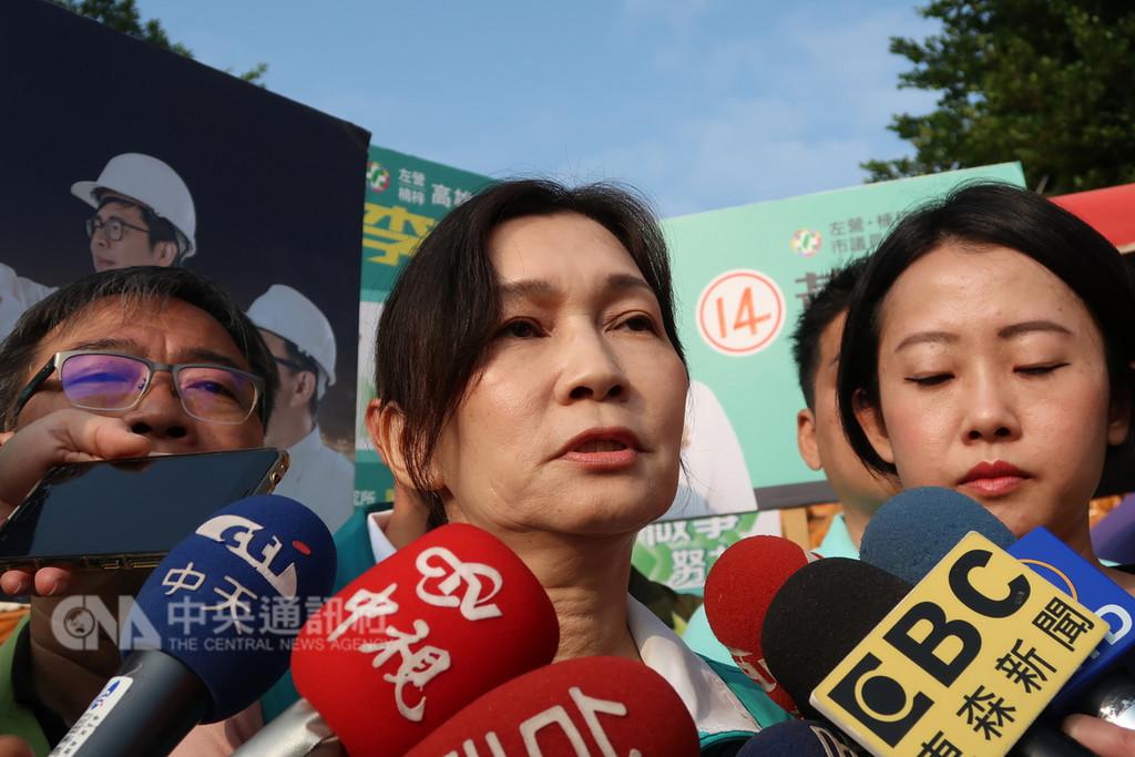 民進黨高雄市長候選人陳其邁的太太吳虹(中)18日指出,任何對長相體型的人身攻擊都不可取。中央社記者王淑芬攝 107年11月18日