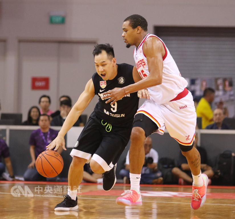 東南亞職業籃球聯賽(ABL),台灣寶島夢想家籃球隊18日以77比73,擊敗主場的新加坡騰飛之獅隊。圖為陳世念運球突破騰飛之獅球員防守。中央社記者黃自強新加坡攝 107年11月18日