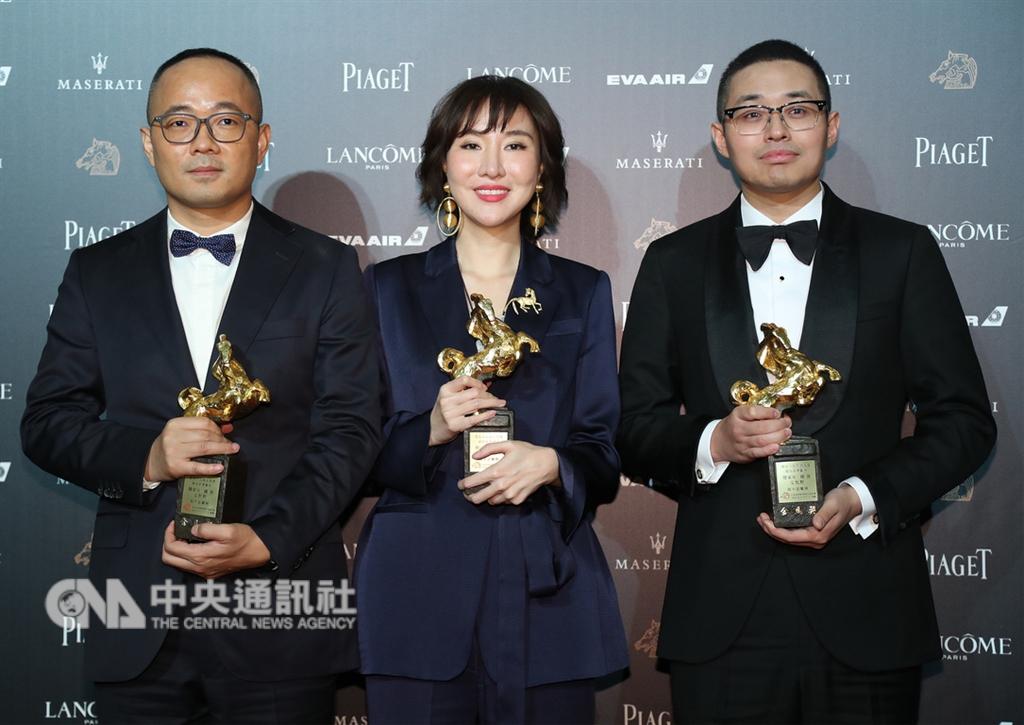 第55屆金馬獎頒獎典禮17日在台北國父紀念館舉行,最佳原著劇本獎由韓家女(中)、鍾偉(左)與文牧野(右)以電影「我不是藥神」獲得。中央社記者張新偉攝 107年11月17日