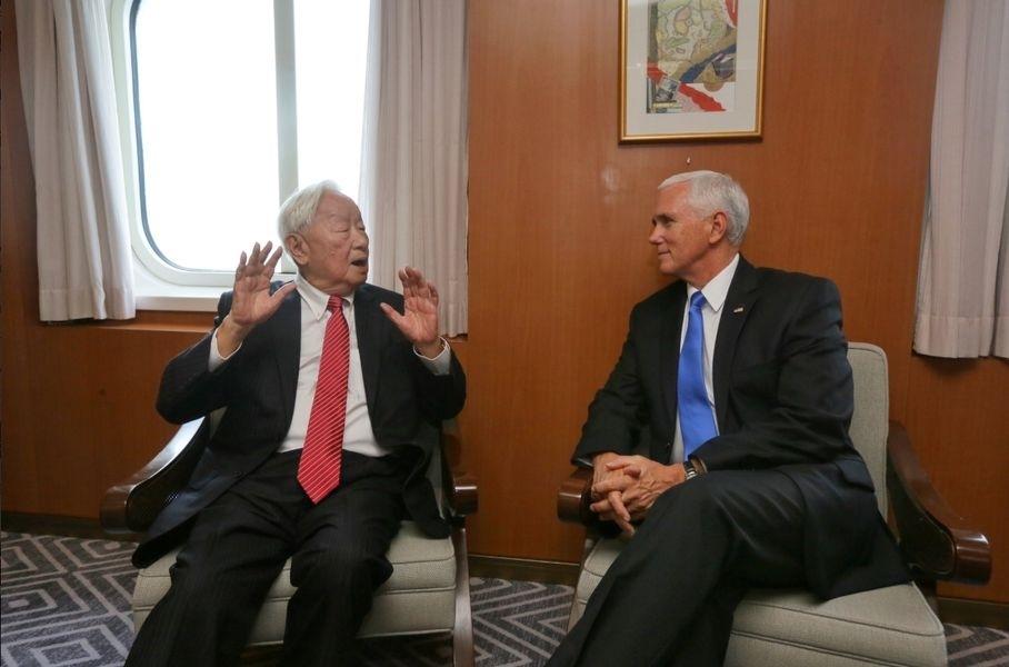 總統蔡英文18日表示,APEC領袖代表張忠謀(左)跟美國副總統彭斯(右)進行雙邊會談,討論如何持續提升台美關係,她要謝謝張忠謀的努力。(圖取自twitter.com/mofa_taiwan)