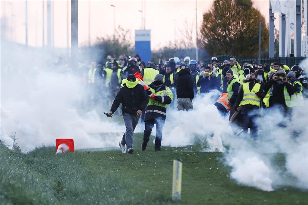 法國總統馬克宏(圖)上任後推動一系列改革,法國各地數以萬計的「黃背心」走上街頭抗議。(法新社提供)