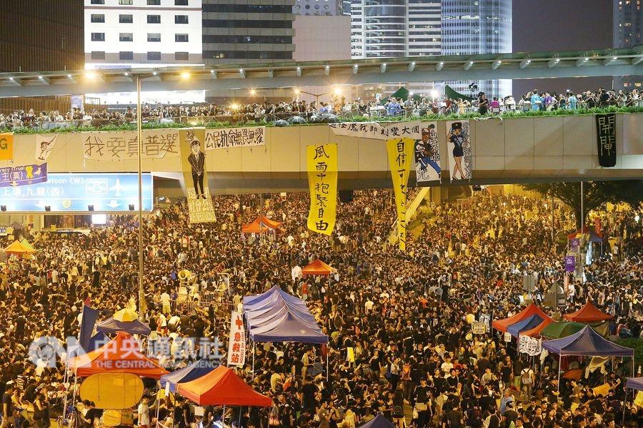 2014年香港爆發「占中」,數以萬計學生及市民占據了靠近香港政府總部的金鐘干諾道中路段,堵塞往來交通。(中央社檔案照片)