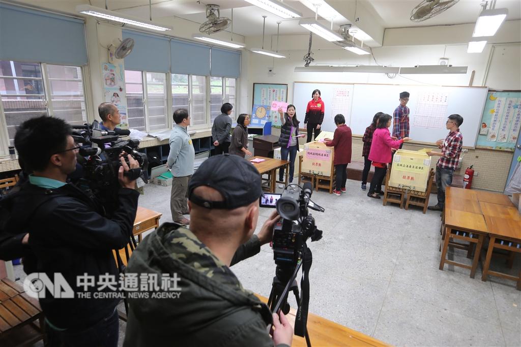 隨著兩岸交流加深,除了官方學界,許多陸民也隔海觀察著台灣選舉。圖為選舉開票畫面。(中央社檔案照片)