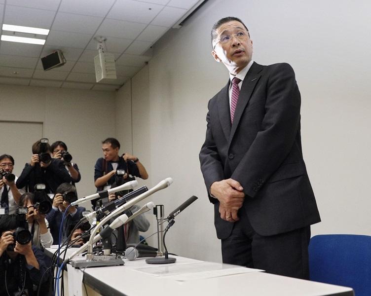 日產汽車公司董事長戈恩因涉違法遭逮捕,社長西川廣人(右)19日晚間召開記者會表示,無法容忍戈恩的重大不正當行為,將予以解除職務。(共同社提供)