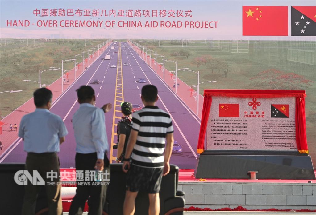 中國去年底躍升為巴布亞紐幾內亞第2大援助國,在市區隨處可見中資企業建設大樓,鄰近APEC會議場地、國際會議中心的國會大廈前新闢大道,則聳立整排五星旗與巴紐國旗。(中央社檔案照片)