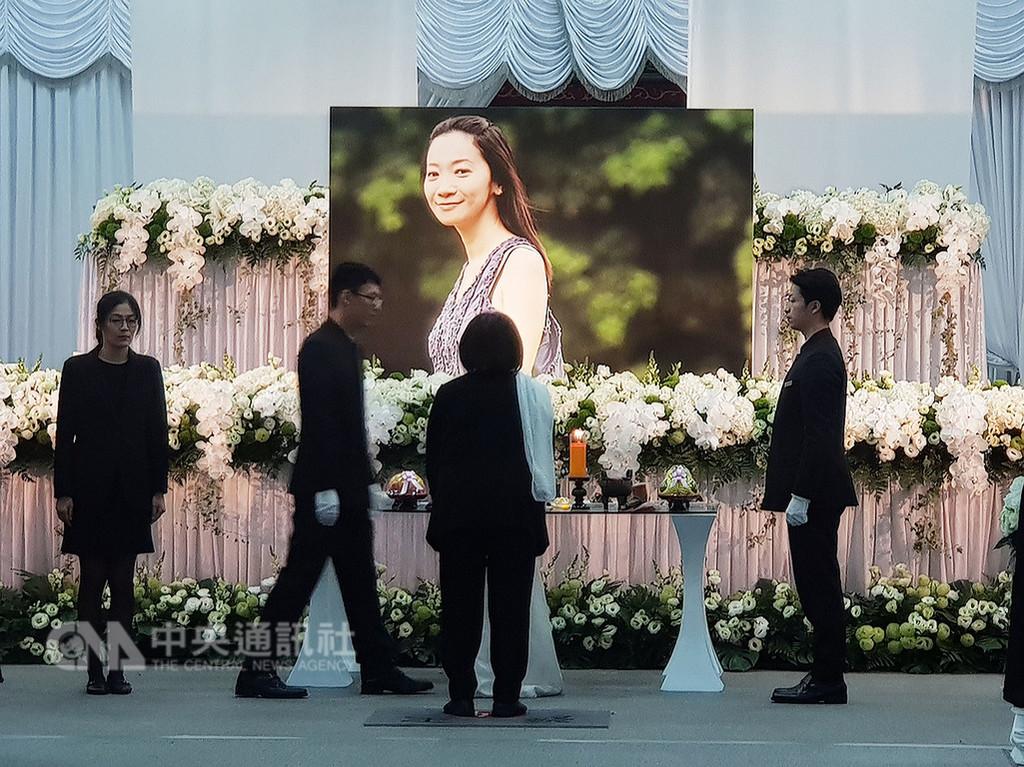 作家李維菁13日凌晨癌症過世,23日上午在第一殯儀館舉行告別式,家屬用李維菁生前穿著洋裝、側身微笑的照片,作為向親友告別的面容,以少女的姿態遺留人間。中央社記者鄭景雯攝 107年11月23日
