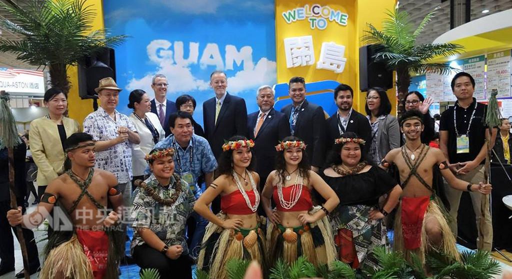 美國在台協會處長酈英傑(第二排右7)23日出席台北國際旅展美國館開幕式。(取自AIT臉書)中央社記者侯姿瑩傳真 107年11月23日