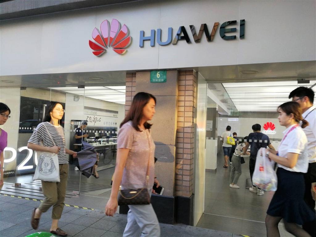 美國政府已展開行動,試圖說服盟邦避用中國華為公司的電信設備。圖為上海的華為店面。(中央社檔案照片)