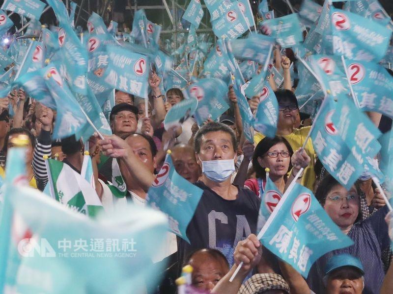 隨著選情持續升溫,各界對於中國干涉選舉的擔憂也跟著增加。民進黨高雄市長候選人陳其邁(左)律師告訴記者,他們掌握證據,許多誹謗陳其邁的假消息源於外國帳號,包括部分來自中國的IP位址。圖為陳其邁支持者。(中央社檔案照片)