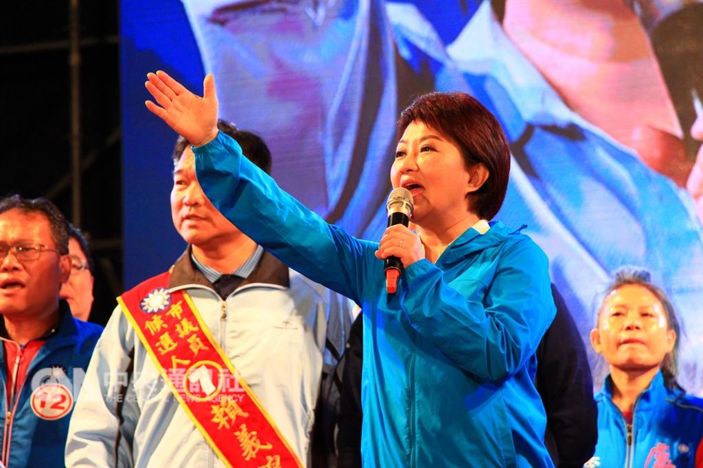 國民黨台中市長候選人盧秀燕(右)23日舉辦選前之夜造勢活動,她說,空氣不好、經濟變差,她憤而參選,未來要當「媽媽市長」拚經濟。中央社記者蘇木春攝 107年11月23日