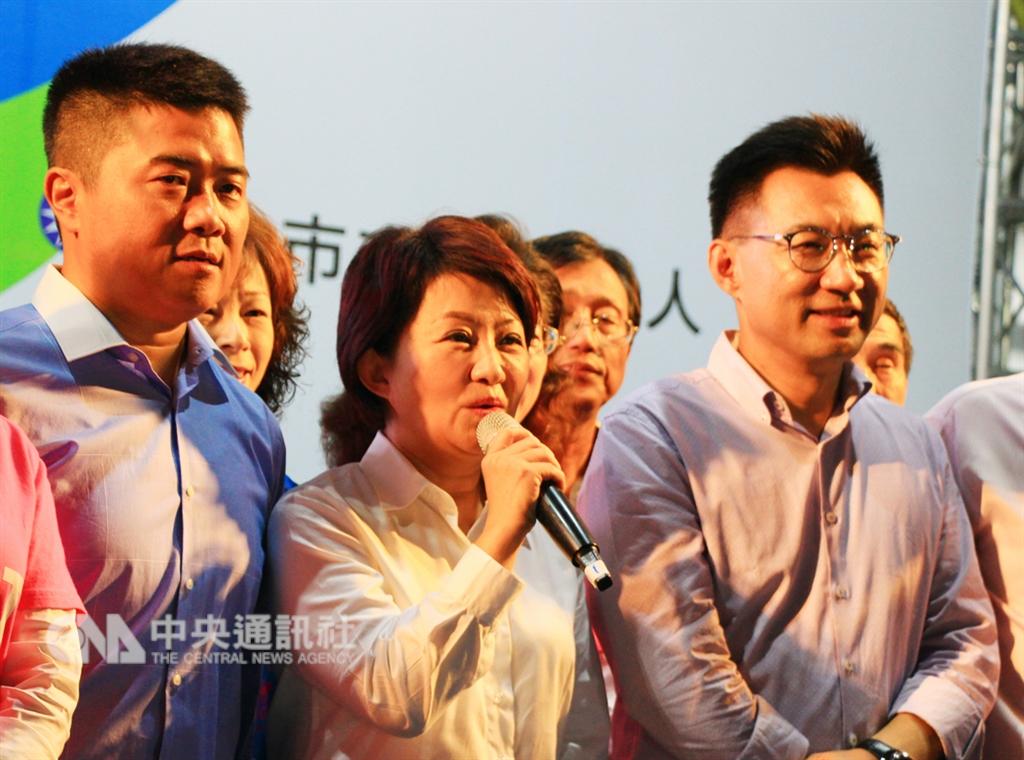 2018九合一選舉,國民黨籍台中市長候選人盧秀燕(中)選戰主打反空氣污染與拚經濟政策,24日晚間開票持續領先,稍早已自行宣布當選。中央社記者蘇木春攝 107年11月24日
