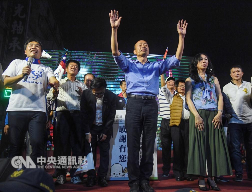 2018九合一選舉持續開票中,國民黨高雄市長候選人韓國瑜(前中)24日晚間已先自行宣布當選,登台向支持民眾鞠躬感謝,發表勝選感言。中央社記者王飛華攝 107年11月24日