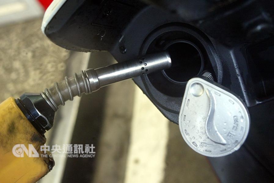 國際原油供過於求引爆沉重賣壓,紐約油價23日崩跌逾7%,創3年多來最大跌幅。(中央社檔案照片)