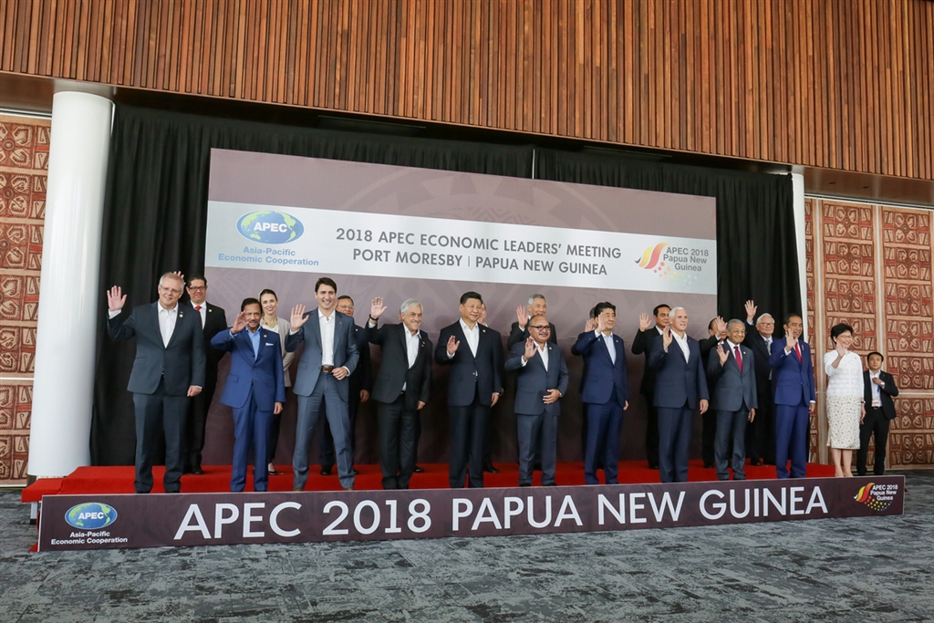 亞太經合會(APEC)領袖閉門會議18日舉行,各經濟體領袖在會前合照,APEC領袖代表張忠謀站在後排最右側,身邊是越南總理阮春福。(中華台北代表團提供)中央社記者廖禹揚傳真 107年11月18日