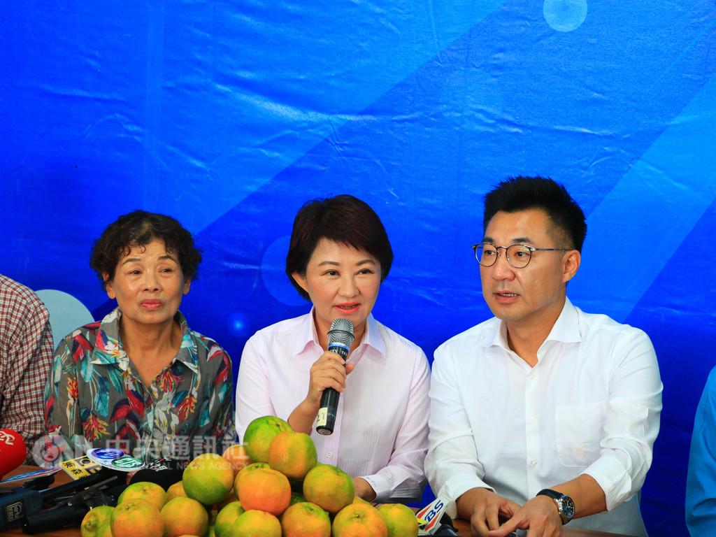 台中市長當選人盧秀燕(中)25日展開謝票行程,她表示,勝選就是因為團結,沒想到可以贏那麼多,未來會組年輕內閣,超越藍綠不分黨派、唯才適用。右為立委江啟臣。中央社記者蘇木春攝 107年11月25日