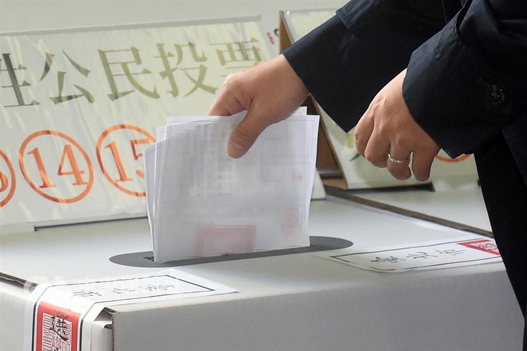 107年地方公職人員選舉及全國性公民投票案第7案至第16案登場,最多可領到15張選票,這也是民眾首次面對一次需要投下這麼多選票的情況。中央社記者孫仲達攝 107年11月24日