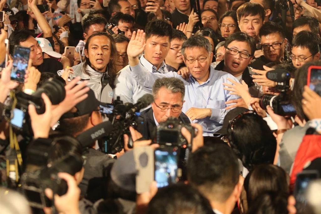 2018台北市長選舉,無黨籍候選人柯文哲(中右)等到25日凌晨,終於迎來勝選時刻,支持者情緒高亢,開心迎接柯文哲現身四四南村晚會現場。中央社 107年11月25日