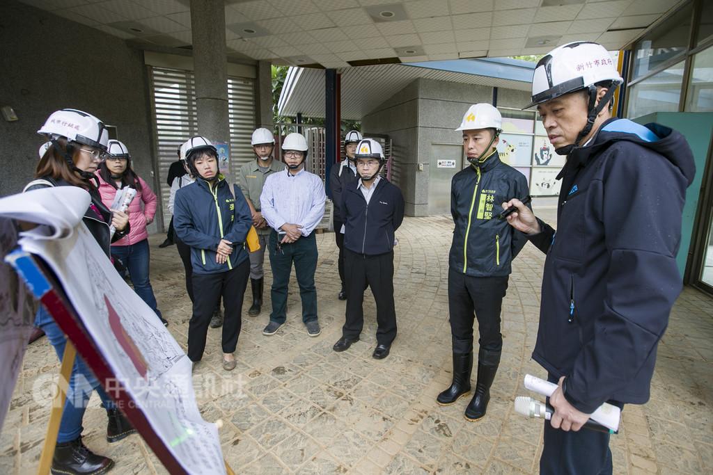 新竹市長林智堅(右2)26日到新竹市立動物園視察工程進度,除關心動物健康狀況,更要求工程品質、妥善保存園內歷史建築。(新竹市政府提供)中央社記者魯鋼駿傳真 107年11月26日