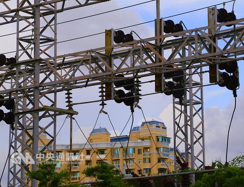 「以核養綠」等3項能源公投過關,對此台電表示,深澳電廠停建已成定局,未來台電仍將依計畫降低火力發電比例。(中央社檔案照片)